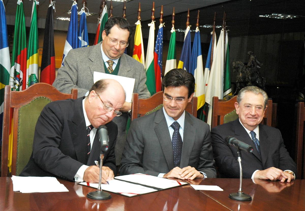 Márcio Olívio Fernandes da Costa, presidente do Codecon e presidente da Assembléia deputado Rodrigo Garcia assinam o protocolo de intenções<a style='float:right' href='https://www3.al.sp.gov.br/repositorio/noticia/03-2008/codecon5771.jpg' target=_blank><img src='/_img/material-file-download-white.png' width='14px' alt='Clique para baixar a imagem'></a>