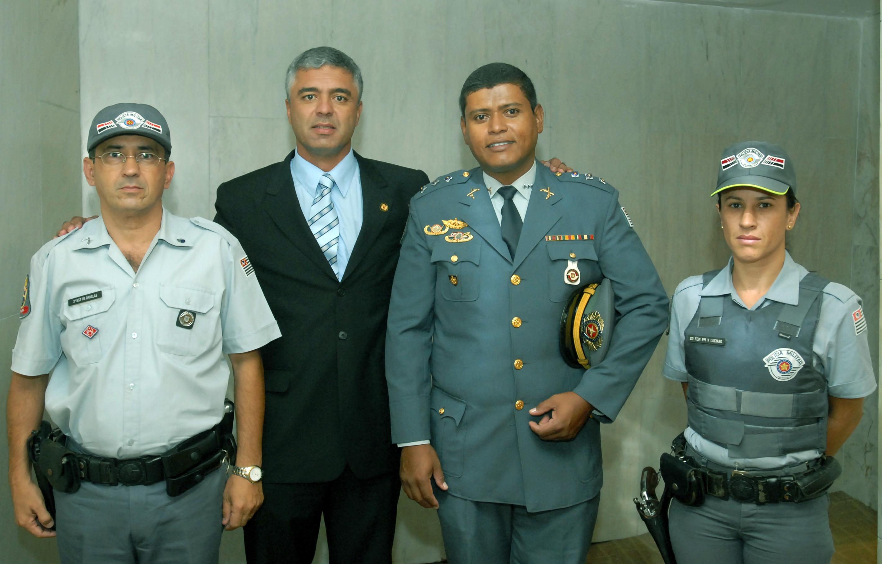 Sargento Ornelas, major Olímpio, capitão Robson e soldado Valéria<a style='float:right' href='https://www3.al.sp.gov.br/repositorio/noticia/03-2008/mjolimpio.jpg' target=_blank><img src='/_img/material-file-download-white.png' width='14px' alt='Clique para baixar a imagem'></a>