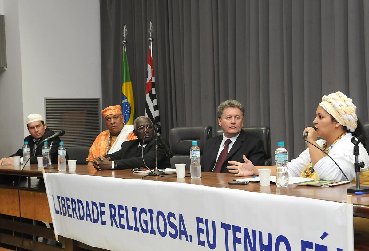 Liberdade religiosa é debatida em audiência pública <a style='float:right' href='https://www3.al.sp.gov.br/repositorio/noticia/06-2009/AUDPUBLRELMESAMAC01.jpg' target=_blank><img src='/_img/material-file-download-white.png' width='14px' alt='Clique para baixar a imagem'></a>