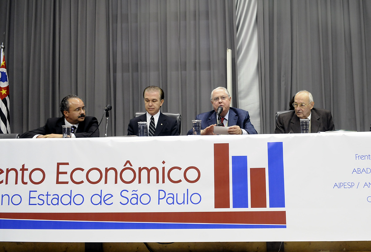 <a style='float:right' href='https://www3.al.sp.gov.br/repositorio/noticia/06-2009/DEBATEDESECONMESAMAU_3687.jpg' target=_blank><img src='/_img/material-file-download-white.png' width='14px' alt='Clique para baixar a imagem'></a>
