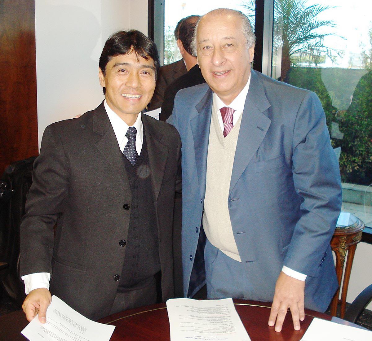Hélio Nishimoto com o presidente da Federação Paulista de Futebol, Marco Polo Del Nero.<a style='float:right' href='https://www3.al.sp.gov.br/repositorio/noticia/06-2009/FPF.jpg' target=_blank><img src='/_img/material-file-download-white.png' width='14px' alt='Clique para baixar a imagem'></a>