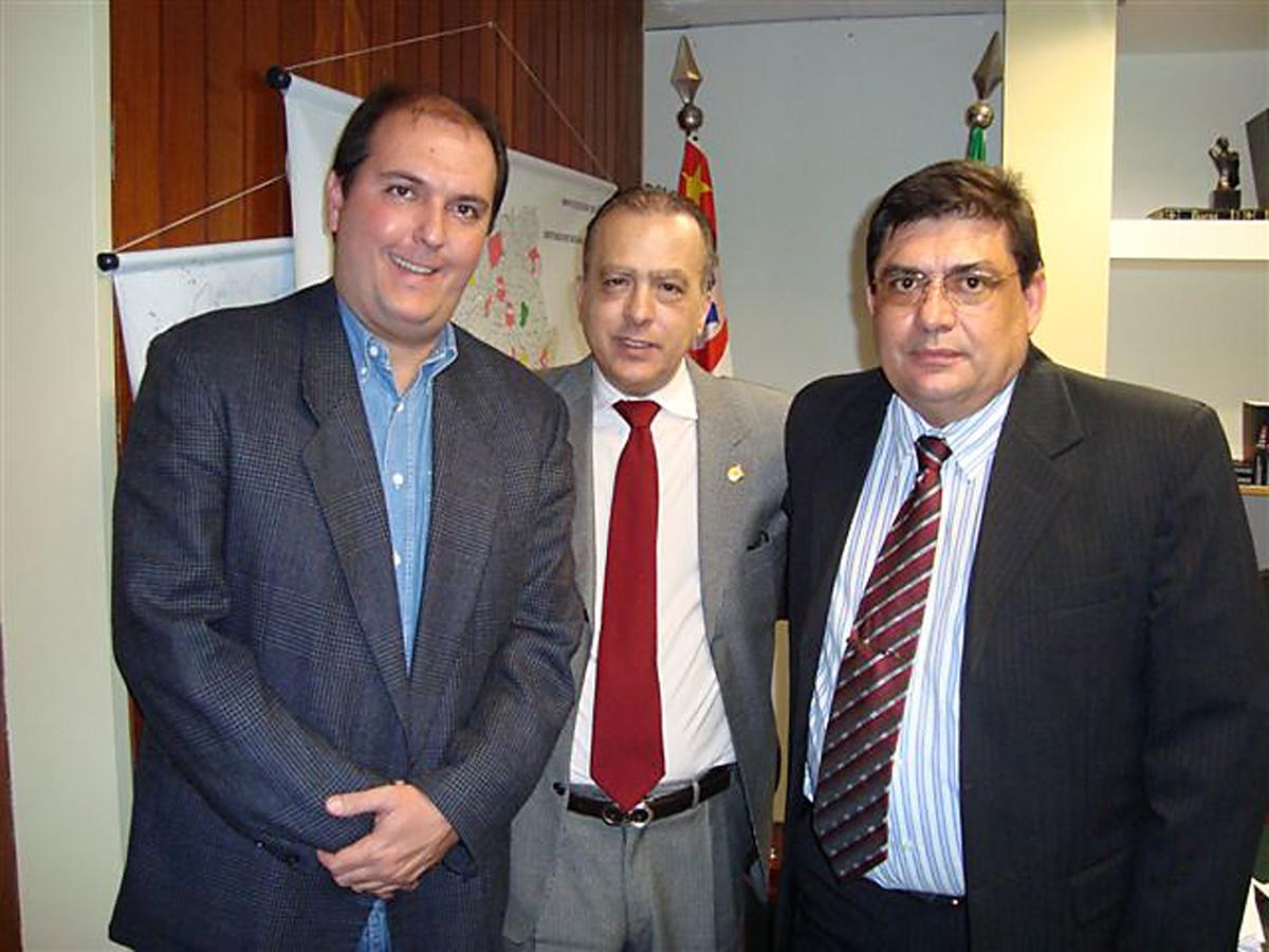 Luis Otávio, João Mellão Neto e Gilmar Batista Soares<a style='float:right' href='https://www3.al.sp.gov.br/repositorio/noticia/06-2009/JOAOMELLAOILHA.jpg' target=_blank><img src='/_img/material-file-download-white.png' width='14px' alt='Clique para baixar a imagem'></a>