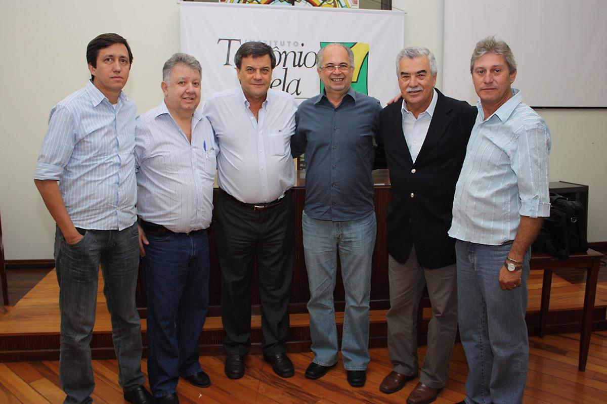 (A partir da esquerda) O diretor de Compras de Catanduva, Cidimar Porto; o chefe de gabinete, Wilson Farizato; o deputado Roberto Massafera; o prefeito Afonso Machione; o deputado federal Renato Amary e o diretor de Obras, Plínio do Asfalto<a style='float:right' href='https://www3.al.sp.gov.br/repositorio/noticia/06-2009/MASSAFERAPSDB.jpg' target=_blank><img src='/_img/material-file-download-white.png' width='14px' alt='Clique para baixar a imagem'></a>