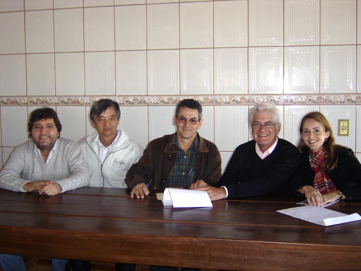 Prefeito de Barrinha, Said, presidente da Câmara, Pi, o presidente da Casa do Caminho, Dito, Roberto Engler e a vereadora Patrícia Binhardi<a style='float:right' href='https://www3.al.sp.gov.br/repositorio/noticia/06-2010/ENGLERBARRINHA.jpg' target=_blank><img src='/_img/material-file-download-white.png' width='14px' alt='Clique para baixar a imagem'></a>