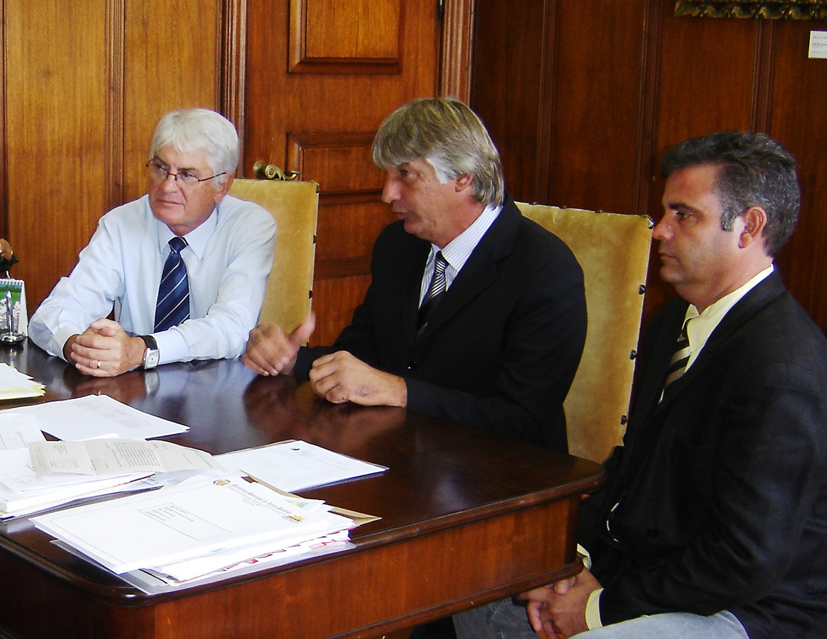 Roberto Engler, Marcelino Abbes e Paulinho Guiselini<a style='float:right' href='https://www3.al.sp.gov.br/repositorio/noticia/06-2010/ENGLERTERRA.jpg' target=_blank><img src='/_img/material-file-download-white.png' width='14px' alt='Clique para baixar a imagem'></a>