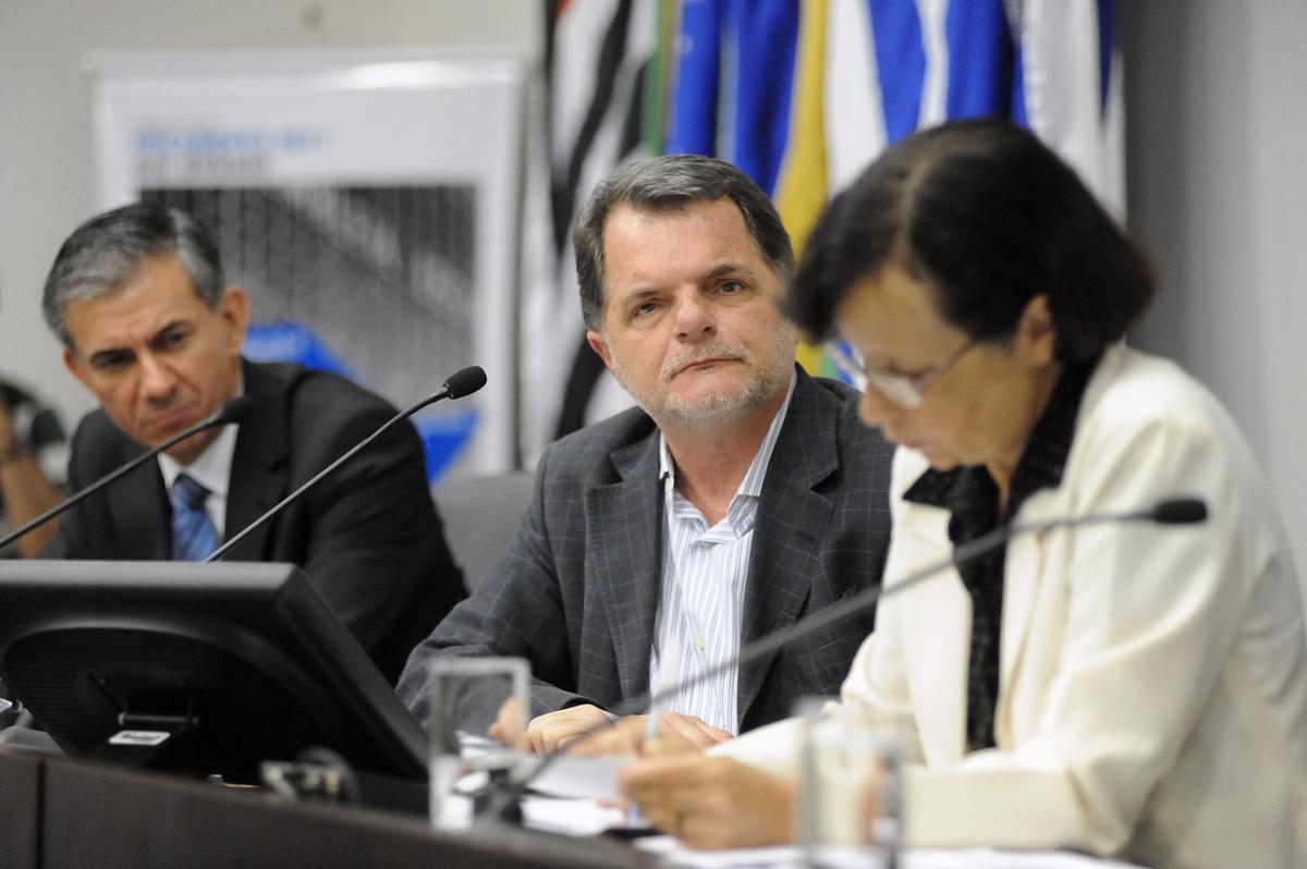 Mauro  Bragato (ao centro) presidente da CFO<a style='float:right' href='https://www3.al.sp.gov.br/repositorio/noticia/06-2010/MARISA1.jpg' target=_blank><img src='/_img/material-file-download-white.png' width='14px' alt='Clique para baixar a imagem'></a>