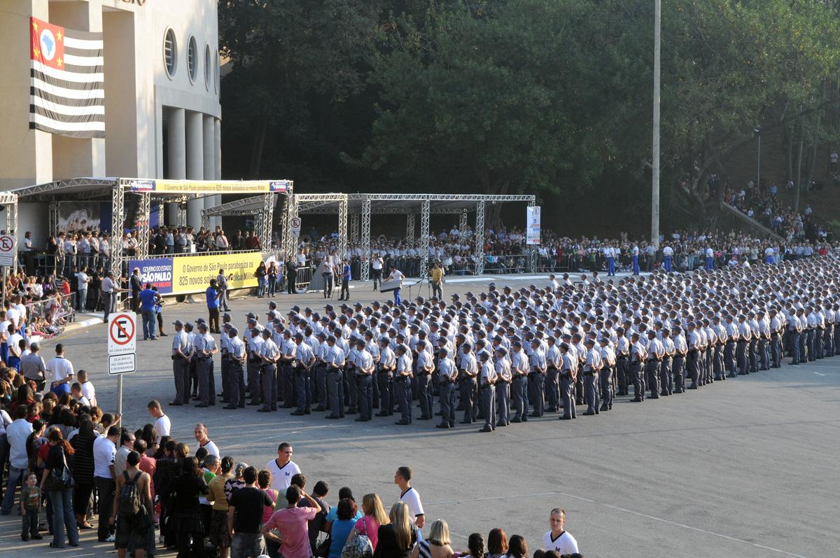 Policiais militares de 2ª classe durante cerimônia<a style='float:right' href='https://www3.al.sp.gov.br/repositorio/noticia/06-2010/MunhozROB2165.jpg' target=_blank><img src='/_img/material-file-download-white.png' width='14px' alt='Clique para baixar a imagem'></a>