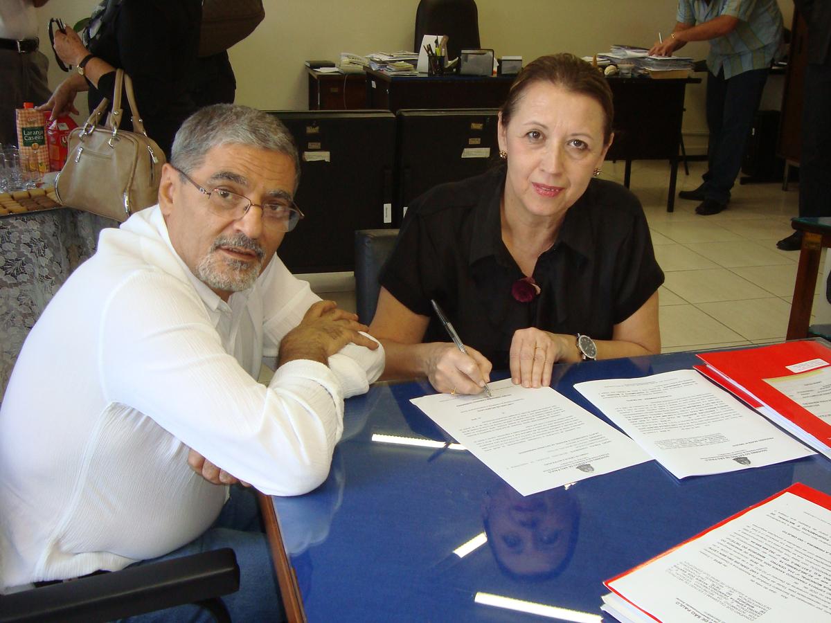 Pedro Tobias e a prefeita de Itaju, Fátima Guimarães<a style='float:right' href='https://www3.al.sp.gov.br/repositorio/noticia/06-2010/PEDROTOBIASCONVASS.jpg' target=_blank><img src='/_img/material-file-download-white.png' width='14px' alt='Clique para baixar a imagem'></a>