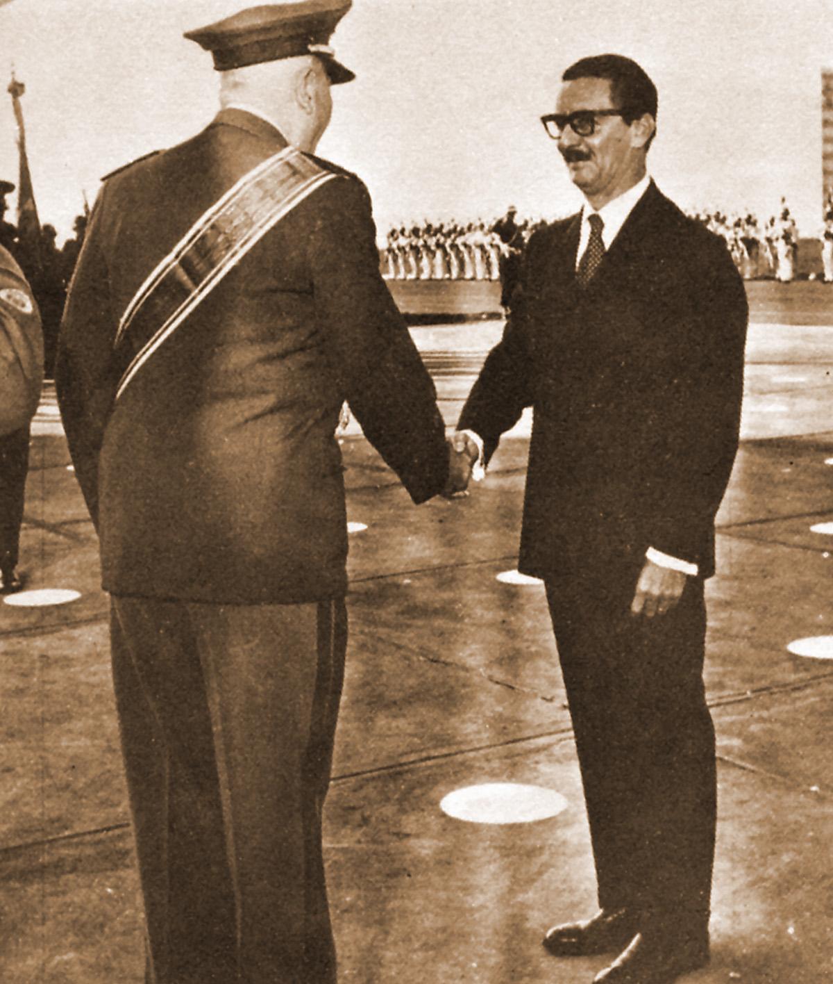 Jânio Quadros cumprimenta Ministro da Guerra<a style='float:right' href='https://www3.al.sp.gov.br/repositorio/noticia/08-2011/J-JaniocomMindaGuerra.jpg' target=_blank><img src='/_img/material-file-download-white.png' width='14px' alt='Clique para baixar a imagem'></a>