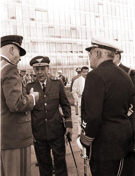 Ministros Militares da Guerra: Marechal Odílio Denys, Aeronáuitca: Brigadeiro Gabriel Grun Moss, Marinha: Almirante Silvio Heck<a style='float:right' href='https://www3.al.sp.gov.br/repositorio/noticia/08-2011/JANIO05.jpg' target=_blank><img src='/_img/material-file-download-white.png' width='14px' alt='Clique para baixar a imagem'></a>
