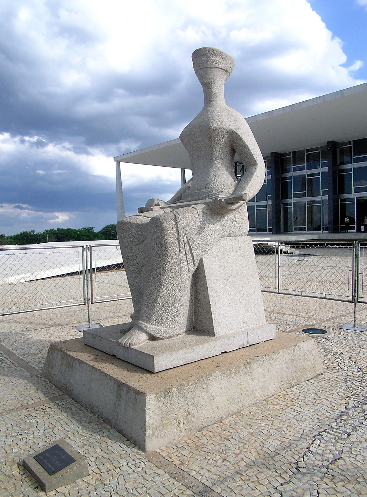 A Justiça, escultura de Alfredo Ceschiatti<a style='float:right' href='https://www3.al.sp.gov.br/repositorio/noticia/09-2010/JudiciarioA_Justica_Alfredo_Ceschiatti_Brasilia_Brasil.jpg' target=_blank><img src='/_img/material-file-download-white.png' width='14px' alt='Clique para baixar a imagem'></a>