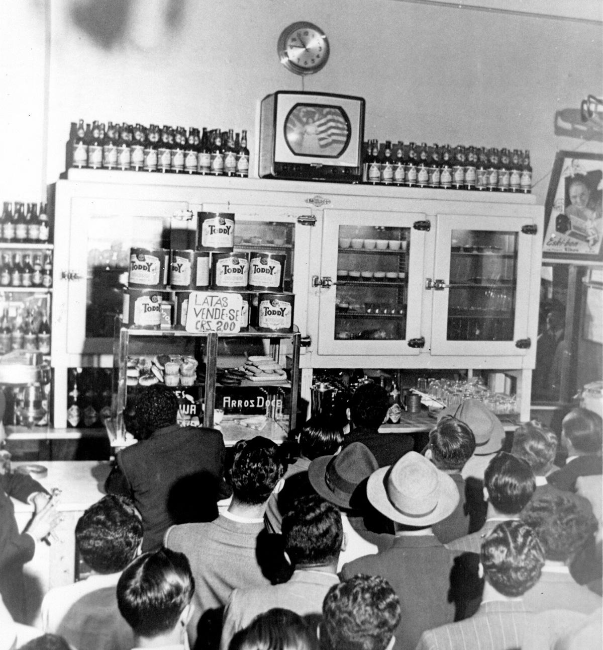 Resultado de imagem para imaGENS DO DIA 1950 TV BRASILEIRA
