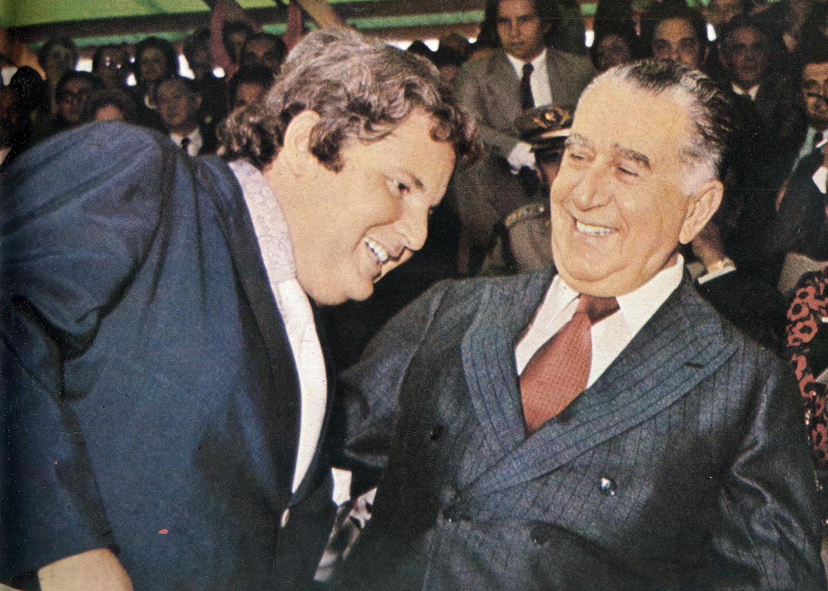 Jô Soares cumprimenta o presidente Médici em Caixias do Sul<a style='float:right' href='https://www3.al.sp.gov.br/repositorio/noticia/09-2010/tvacores1.jpg' target=_blank><img src='/_img/material-file-download-white.png' width='14px' alt='Clique para baixar a imagem'></a>