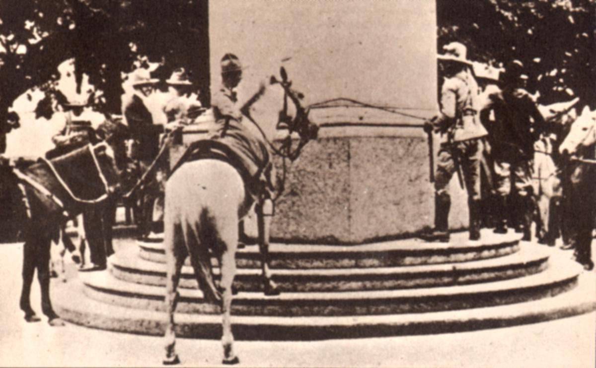 Tropas gaúchas amarram seus cavalos no obeslisco da avenida Rio Branco <a style='float:right' href='https://www3.al.sp.gov.br/repositorio/noticia/10-2010/REVOLUCAOde30obelisco.jpg' target=_blank><img src='/_img/material-file-download-white.png' width='14px' alt='Clique para baixar a imagem'></a>