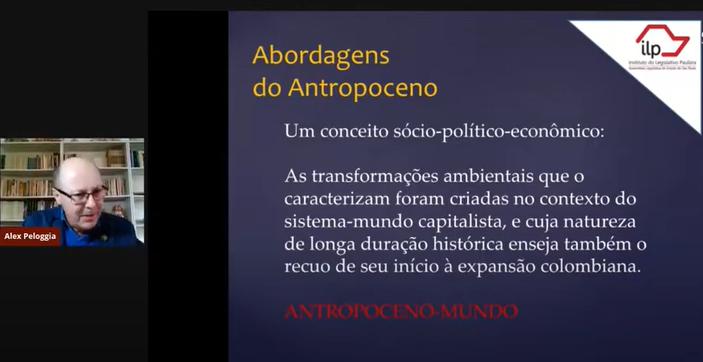 Prof. Alex expondo o conceito de Antropoceno<a style='float:right' href='https://www3.al.sp.gov.br/repositorio/noticia/L-06-2021/fg269121.png' target=_blank><img src='/_img/material-file-download-white.png' width='14px' alt='Clique para baixar a imagem'></a>