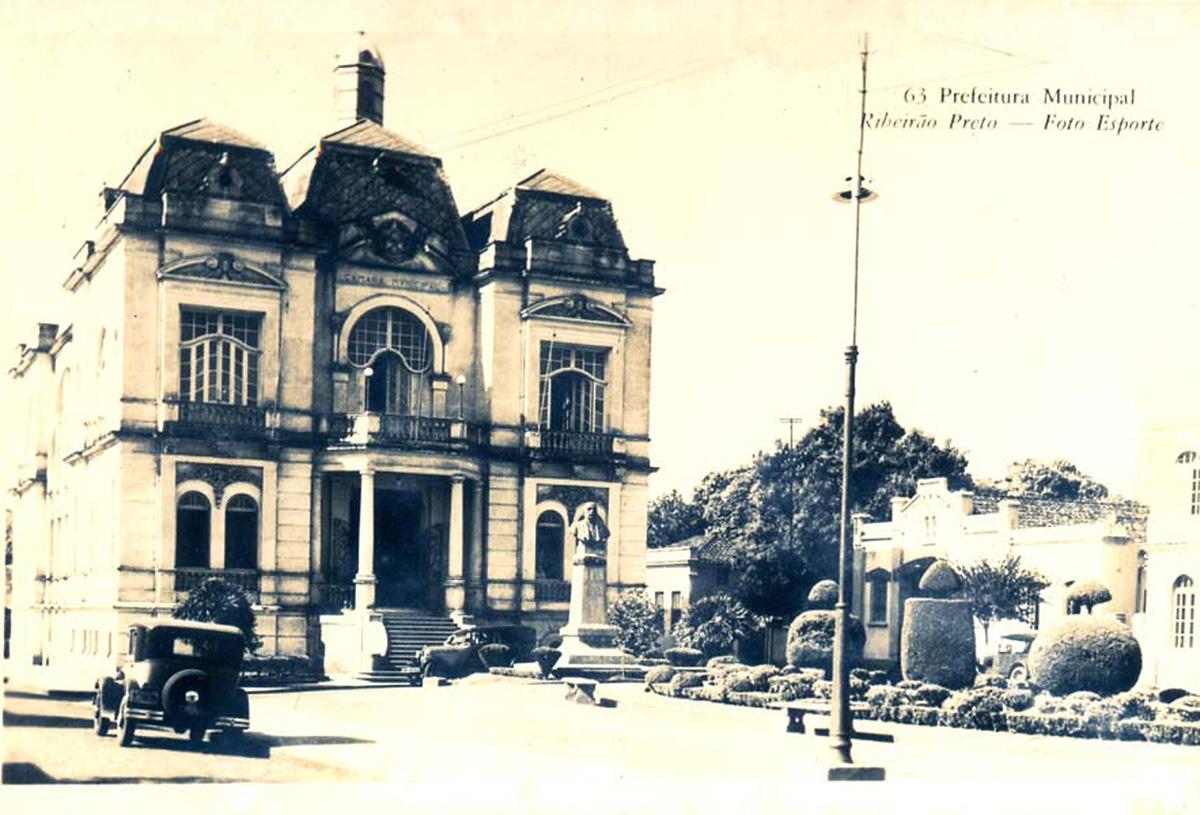 Prefeitura Municipal de Ribeirão Preto, década de 1920<a style='float:right' href='https://www3.al.sp.gov.br/repositorio/noticia/N-01-2013/fg120711.jpg' target=_blank><img src='/_img/material-file-download-white.png' width='14px' alt='Clique para baixar a imagem'></a>