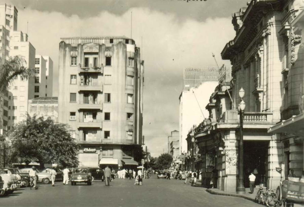 Centro de Ribeirão Preto na década de 1950<a style='float:right' href='https://www3.al.sp.gov.br/repositorio/noticia/N-01-2013/fg120712.jpg' target=_blank><img src='/_img/material-file-download-white.png' width='14px' alt='Clique para baixar a imagem'></a>