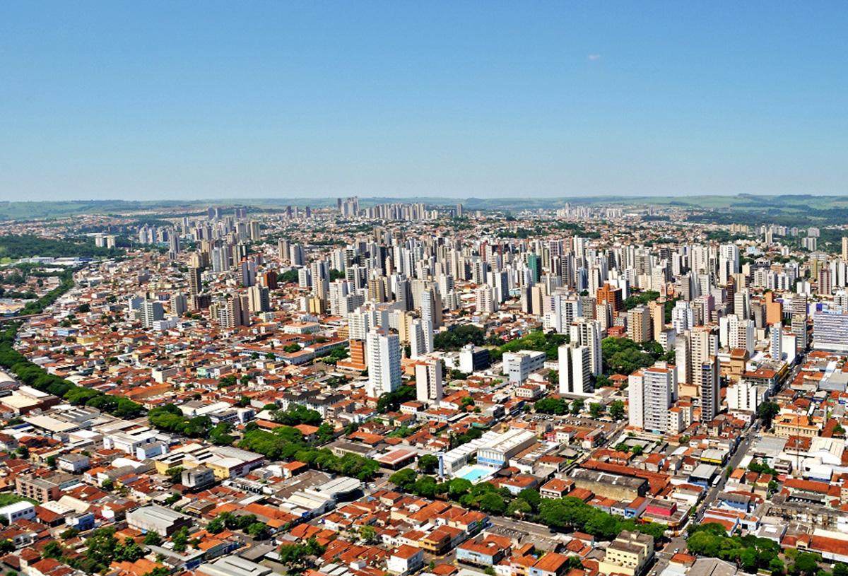 Vista aérea atual de Ribeirão Preto<a style='float:right' href='https://www3.al.sp.gov.br/repositorio/noticia/N-01-2013/fg120715.jpg' target=_blank><img src='/_img/material-file-download-white.png' width='14px' alt='Clique para baixar a imagem'></a>