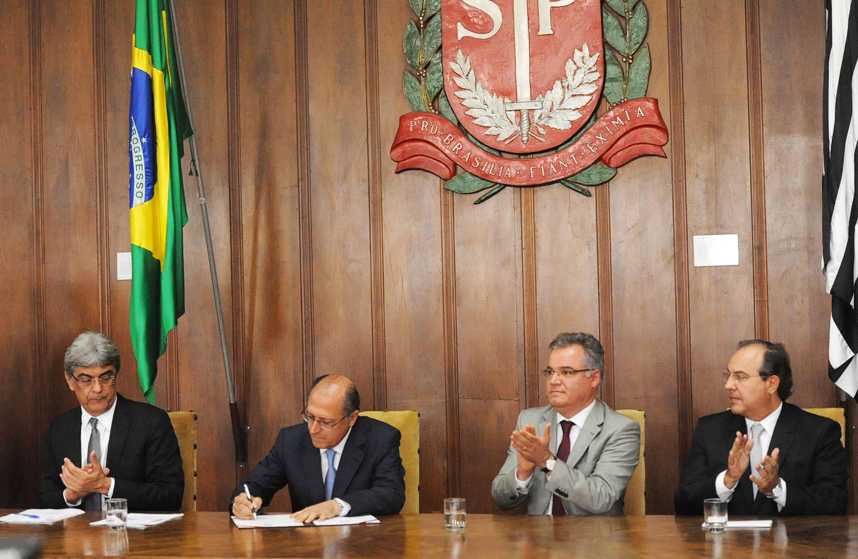 Júlio Semeghini, Geraldo Alckmin, Samuel Moreira e Fernando Grella<a style='float:right' href='https://www3.al.sp.gov.br/repositorio/noticia/N-01-2014/fg157797.jpg' target=_blank><img src='/_img/material-file-download-white.png' width='14px' alt='Clique para baixar a imagem'></a>