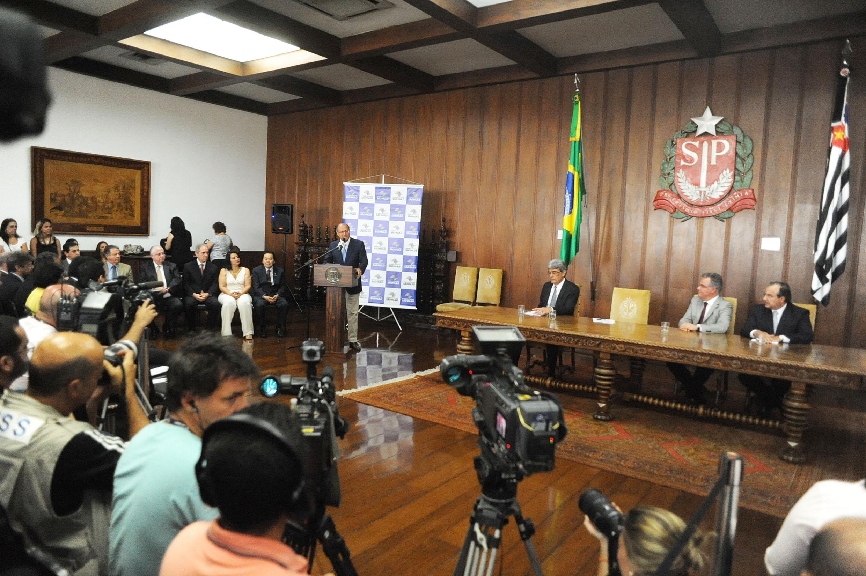 Governador Geraldo Alckmin discursa na cerimônia de sanção do projeto de lei que disciplina a atividade dos desmanches de autos no Estado<a style='float:right' href='https://www3.al.sp.gov.br/repositorio/noticia/N-01-2014/fg157813.jpg' target=_blank><img src='/_img/material-file-download-white.png' width='14px' alt='Clique para baixar a imagem'></a>