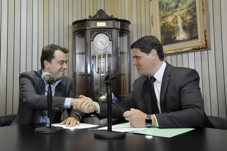 Bruno Caetano e Cauê Macris (foto: José Antonio Teixeira)<a style='float:right' href='https://www3.al.sp.gov.br/repositorio/noticia/N-01-2019/fg229591.jpg' target=_blank><img src='/_img/material-file-download-white.png' width='14px' alt='Clique para baixar a imagem'></a>