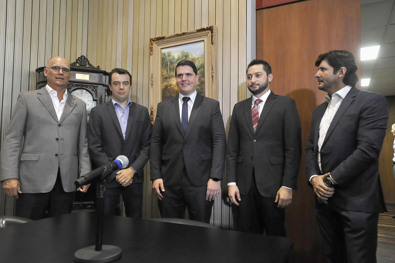 João Paulo Papa, Bruno Caetano, Cauê Macris, Marco Vinholi e André do Prado (foto: José Antonio Teixeira)<a style='float:right' href='https://www3.al.sp.gov.br/repositorio/noticia/N-01-2019/fg229602.jpg' target=_blank><img src='/_img/material-file-download-white.png' width='14px' alt='Clique para baixar a imagem'></a>