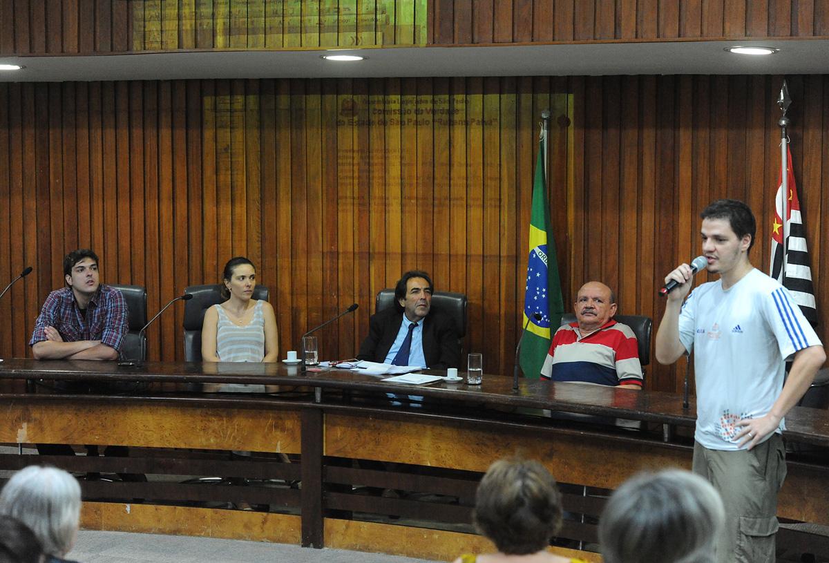 Maurílio Ferreira de Araújo (ao microfone) sobrinho de José Maria <a style='float:right' href='https://www3.al.sp.gov.br/repositorio/noticia/N-02-2013/fg121656.jpg' target=_blank><img src='/_img/material-file-download-white.png' width='14px' alt='Clique para baixar a imagem'></a>