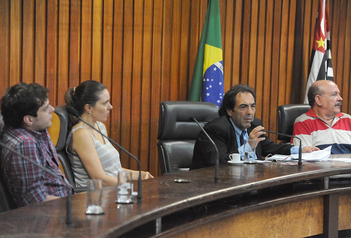 Adriano Diogo fala na reunião da Comissão da Verdade Rubens Paiva desta terça-feira, 26/2 <a style='float:right' href='https://www3.al.sp.gov.br/repositorio/noticia/N-02-2013/fg121659.jpg' target=_blank><img src='/_img/material-file-download-white.png' width='14px' alt='Clique para baixar a imagem'></a>
