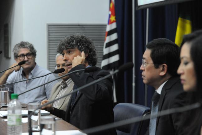 Carlos Giannazi coordena os trabalhos da audiência pública