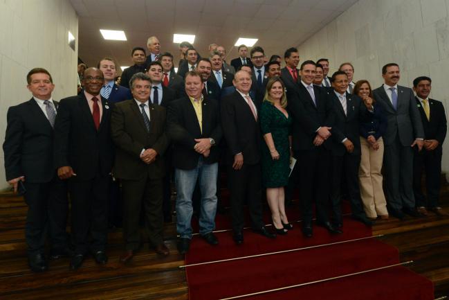 Presidentes de Assembleias Legislativas e deputados após a reunião.