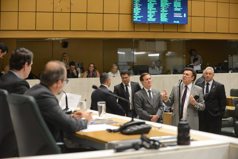 Deputados no plenário JK<a style='float:right' href='https://www3.al.sp.gov.br/repositorio/noticia/N-02-2018/fg217082.jpg' target=_blank><img src='/_img/material-file-download-white.png' width='14px' alt='Clique para baixar a imagem'></a>