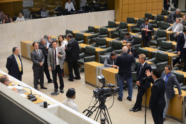 Deputados no plenário JK<a style='float:right' href='https://www3.al.sp.gov.br/repositorio/noticia/N-02-2018/fg217085.jpg' target=_blank><img src='/_img/material-file-download-white.png' width='14px' alt='Clique para baixar a imagem'></a>