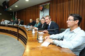 Mesa que coordenou os trabalhos da reunião