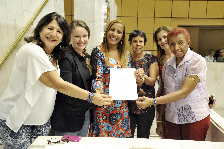 Beth Sahão, Vanessa Damo, Clélia Gomes, Ana do Carmo, Marta Costa e Leci Brandão <a style='float:right' href='https://www3.al.sp.gov.br/repositorio/noticia/N-03-2016/fg186351.jpg' target=_blank><img src='/_img/material-file-download-white.png' width='14px' alt='Clique para baixar a imagem'></a>