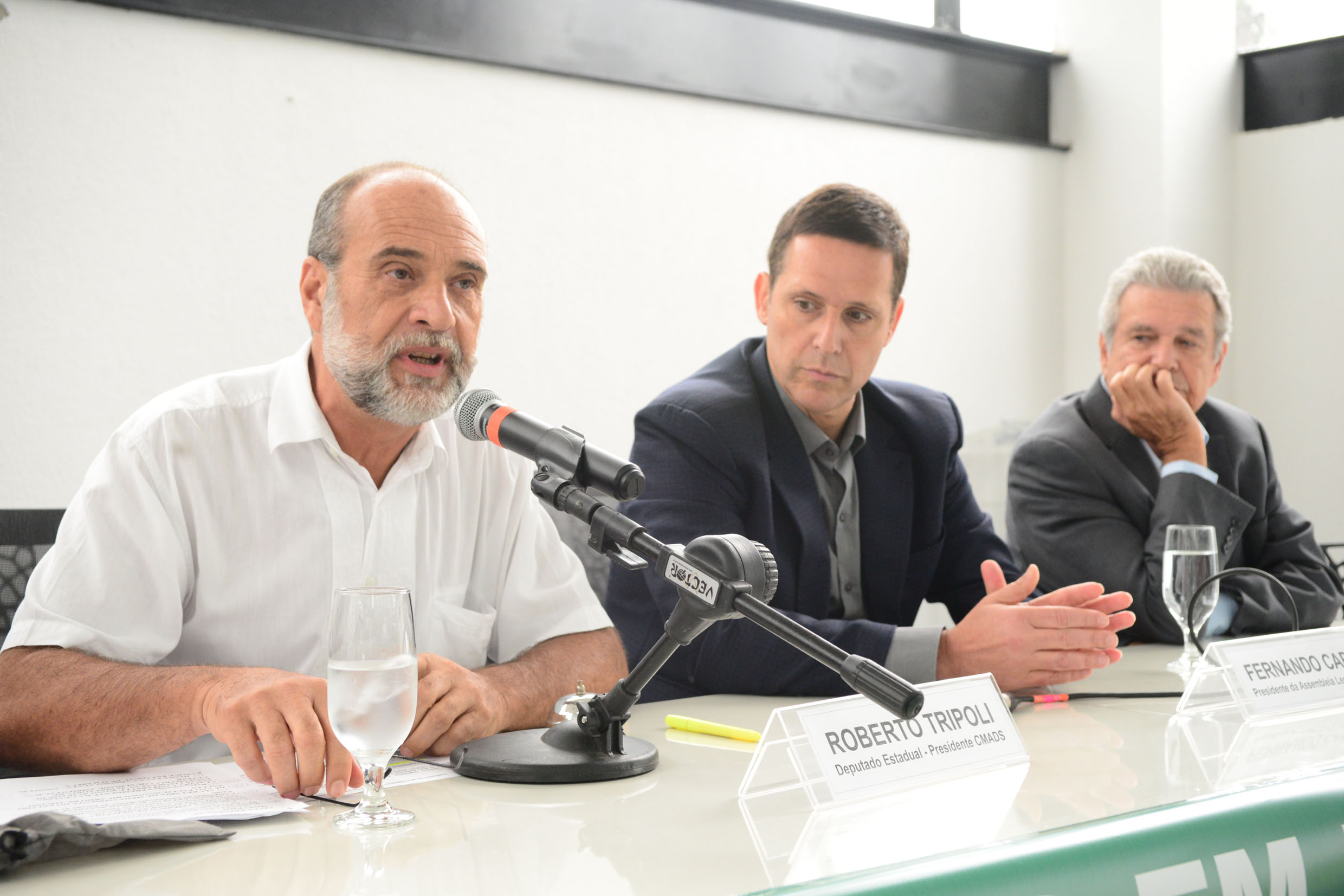 Roberto Tripoli, Fernando Capez e Jerson Kelman <a style='float:right' href='https://www3.al.sp.gov.br/repositorio/noticia/N-03-2017/fg200075.jpg' target=_blank><img src='/_img/material-file-download-white.png' width='14px' alt='Clique para baixar a imagem'></a>