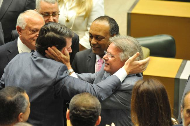 Cauê recebe os cumprimentos de seu pai, deputado federal Vanderlei Macris