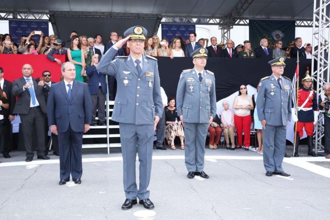 Coronel Nivaldo Cesar Restivo (à frente).