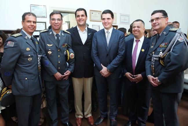Presidente Cauê Macris (3º dir), Wellington Moura (2º dir) e autoridades .