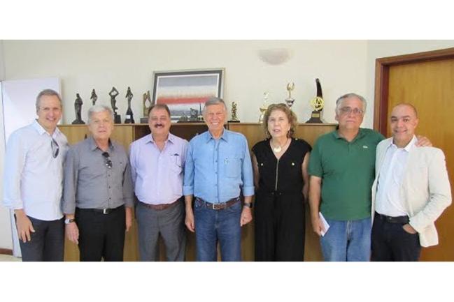 Welson Gasparini (centro) e dirigentes da ACM.