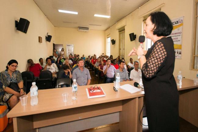 Márcia Lia fala à população, em Araraquara.