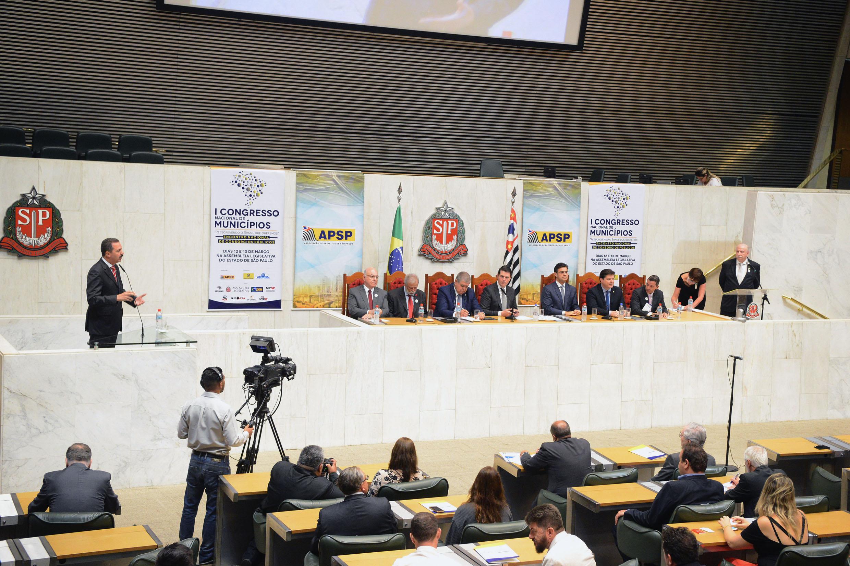 Mesa do evento e público presente