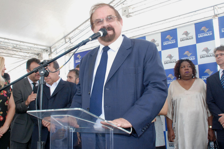 Aldo Demarchi (ao microfone)