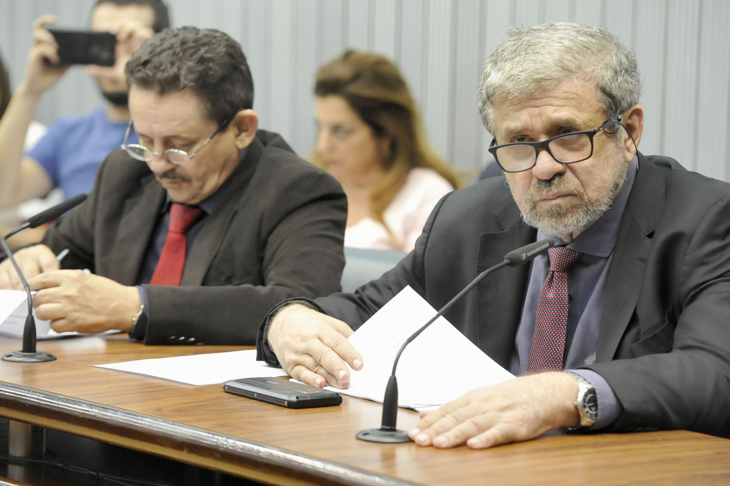 Parlamentares na comissão<a style='float:right' href='https://www3.al.sp.gov.br/repositorio/noticia/N-03-2019/fg231002.jpg' target=_blank><img src='/_img/material-file-download-white.png' width='14px' alt='Clique para baixar a imagem'></a>