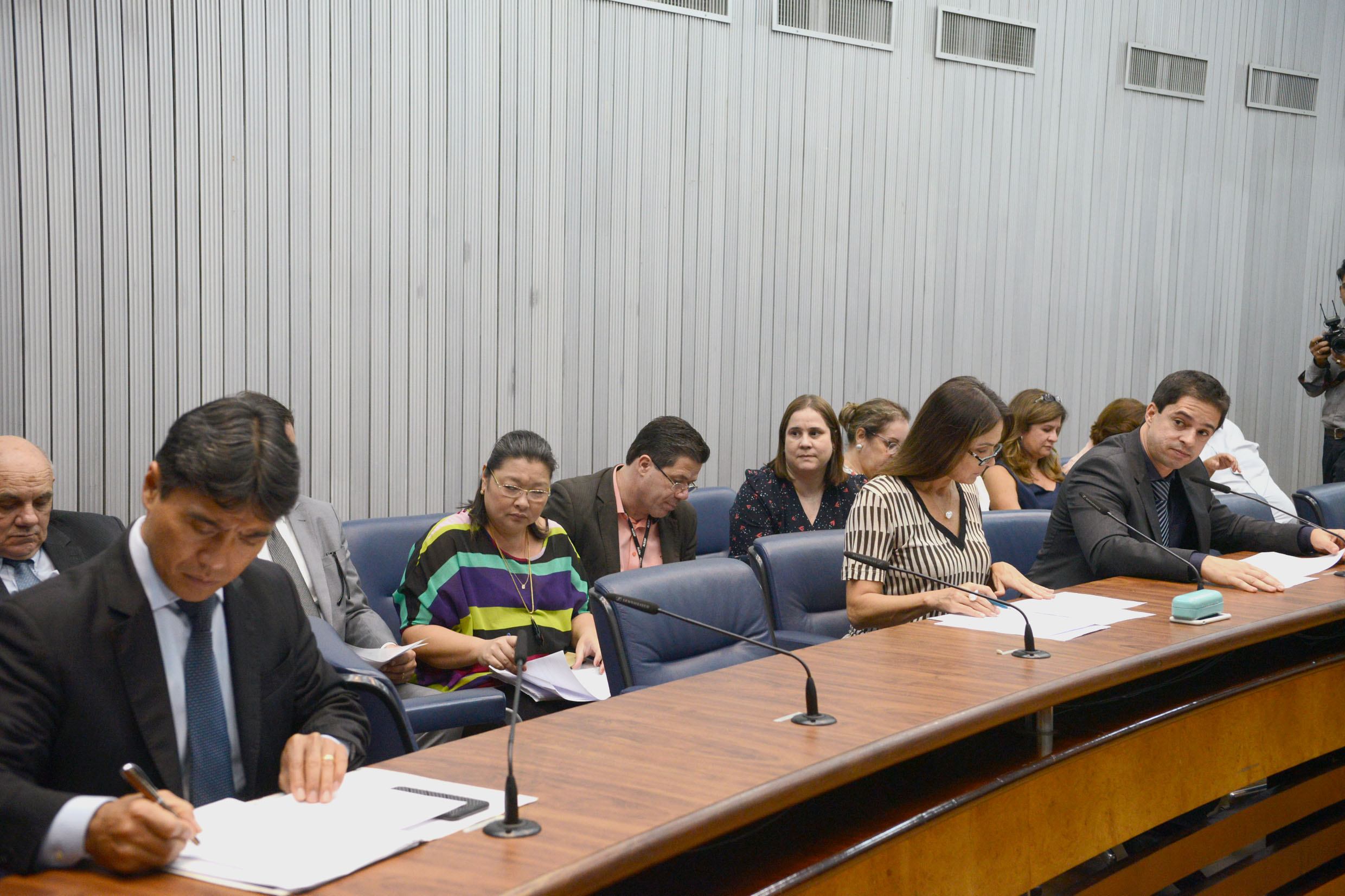 Parlamentares na comissão<a style='float:right' href='https://www3.al.sp.gov.br/repositorio/noticia/N-03-2019/fg231007.jpg' target=_blank><img src='/_img/material-file-download-white.png' width='14px' alt='Clique para baixar a imagem'></a>