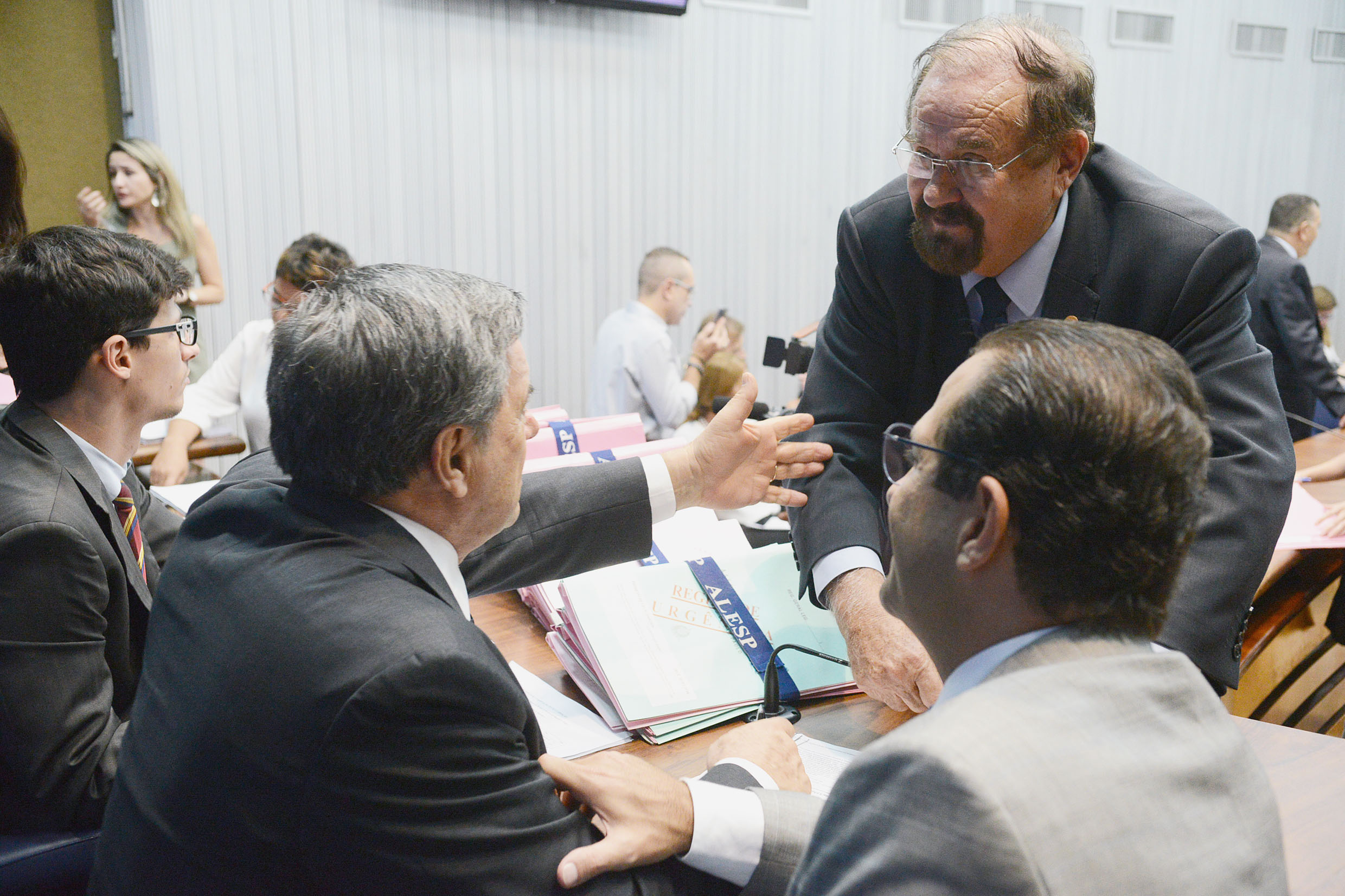 Parlamentares na comissão <a style='float:right' href='https://www3.al.sp.gov.br/repositorio/noticia/N-03-2019/fg231073.jpg' target=_blank><img src='/_img/material-file-download-white.png' width='14px' alt='Clique para baixar a imagem'></a>