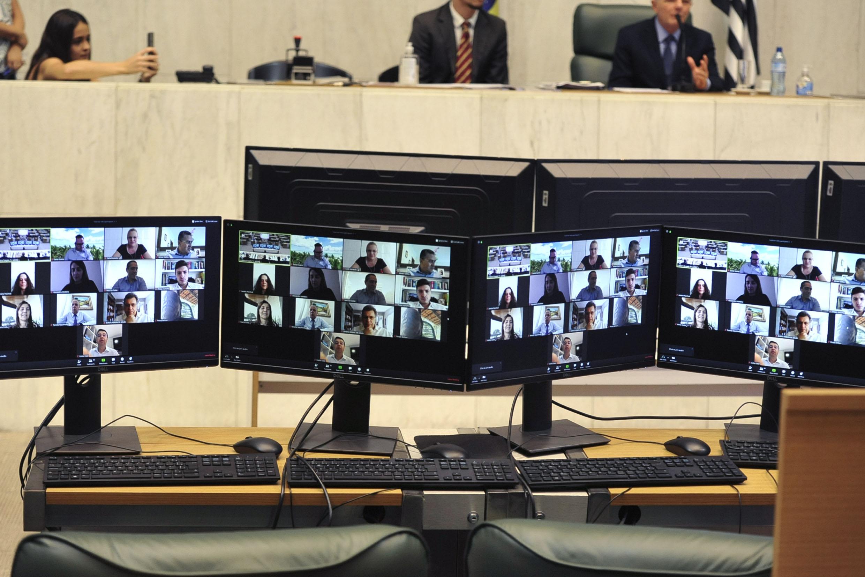 Parlamentares participam da reunião remotamente<a style='float:right' href='https://www3.al.sp.gov.br/repositorio/noticia/N-03-2020/fg248109.jpg' target=_blank><img src='/_img/material-file-download-white.png' width='14px' alt='Clique para baixar a imagem'></a>