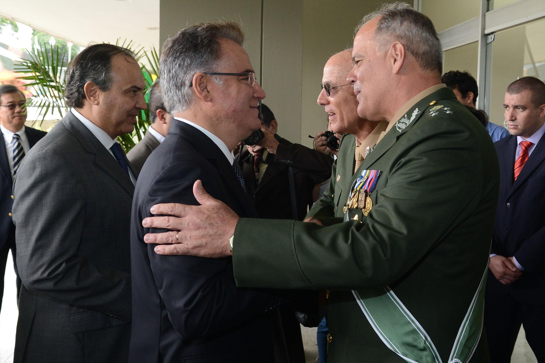 Presidente Samuel Moreira cumprimenta General João Camilo Pires de Campos <a style='float:right' href='https://www3.al.sp.gov.br/repositorio/noticia/N-04-2014/fg161038.jpg' target=_blank><img src='/_img/material-file-download-white.png' width='14px' alt='Clique para baixar a imagem'></a>