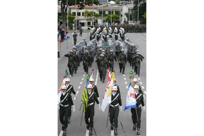 Honras militares da tropa <a style='float:right' href='https://www3.al.sp.gov.br/repositorio/noticia/N-04-2014/fg161106.jpg' target=_blank><img src='/_img/material-file-download-white.png' width='14px' alt='Clique para baixar a imagem'></a>