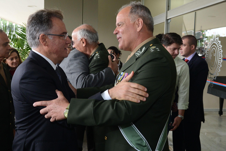 Presidente Samuel Moreira cumprimenta General João Camilo Pires de Campos<a style='float:right' href='https://www3.al.sp.gov.br/repositorio/noticia/N-04-2014/fg161108.jpg' target=_blank><img src='/_img/material-file-download-white.png' width='14px' alt='Clique para baixar a imagem'></a>