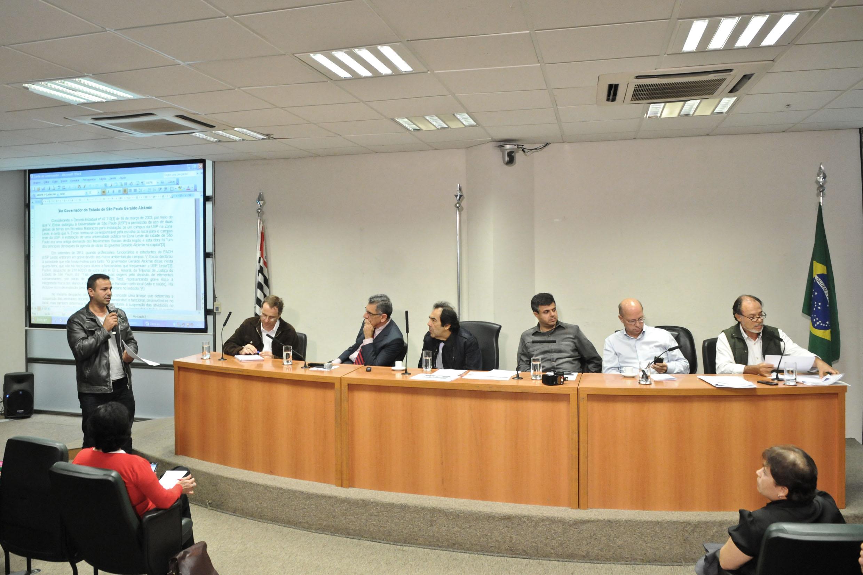 Anderson Migri da Cunha, do Movimento por Educação da Zona Leste fala na reunião <a style='float:right' href='https://www3.al.sp.gov.br/repositorio/noticia/N-04-2014/fg161152.jpg' target=_blank><img src='/_img/material-file-download-white.png' width='14px' alt='Clique para baixar a imagem'></a>